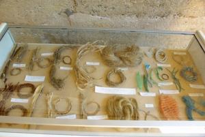Détail de l'inventaire résonné de fibres naturelles et artificielles collectées par A. Labbé dans l'aire de butinage de Sainte-Croix.