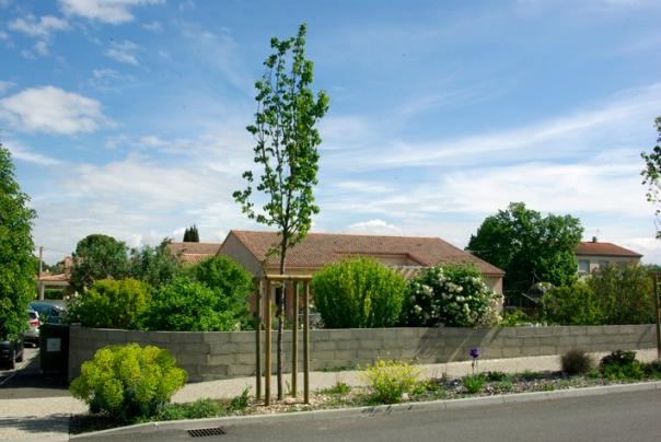 Une zone résidentielle importante jouxte le centre du village.